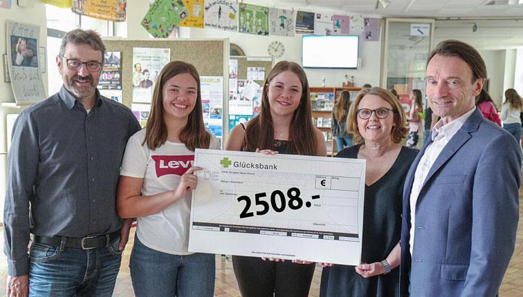 Spendenübergabe in Höhe von 2508 € von der Maria-Ward-Schule an SEFRA e. V.